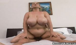 Fascinating Samantha 38g with big butt has wet vag reaches a huge agonorgasmos